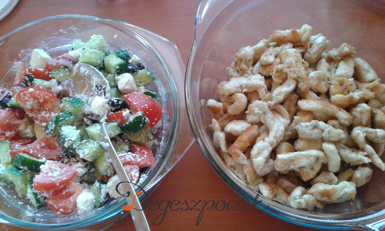Fűszeres csirkecsíkok görögsalátával