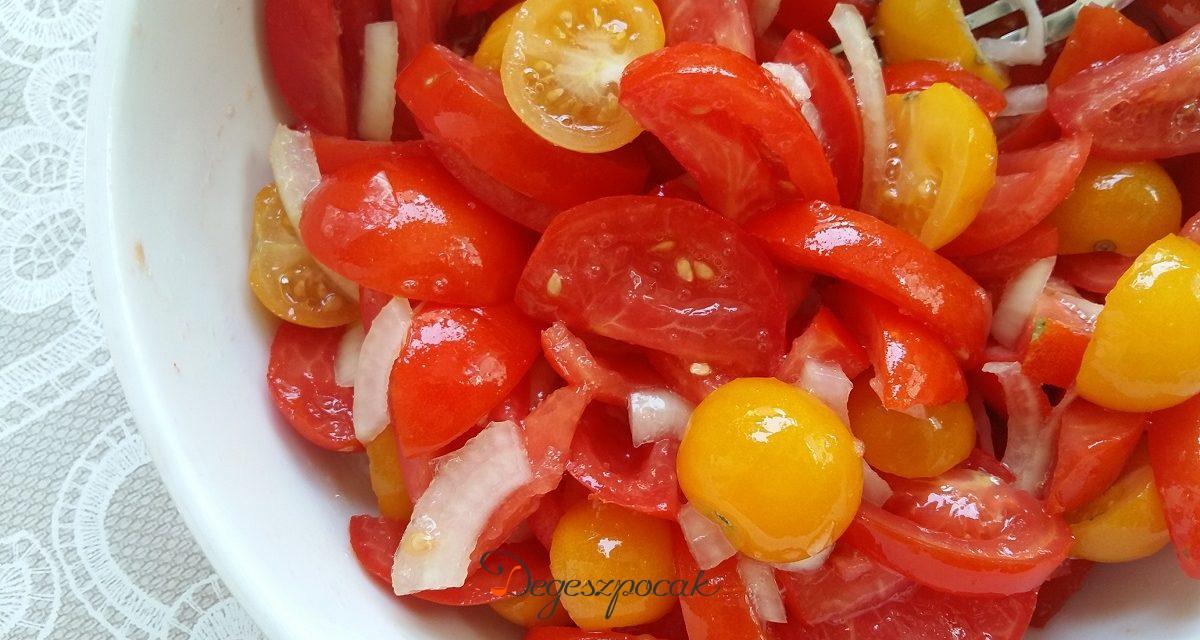 Elmaradhatatlan nyári saláta: hagymás paradicsomsaláta