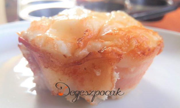 Baconben sült tojás sajttal muffinformában